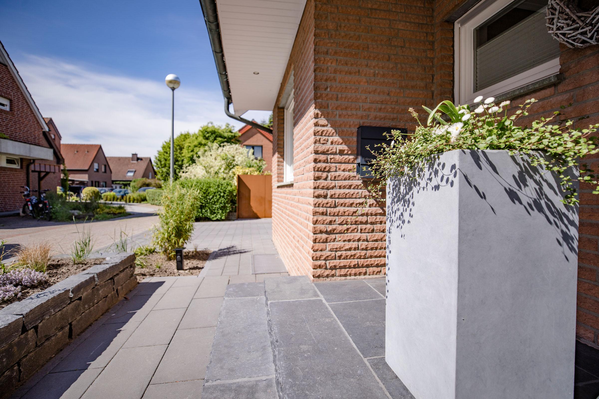 Link zur Bilddatei: Schulze-Tertilt_Referenzen_wohnhaus_vorgarten_blumentopf_beton